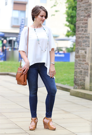 5 stylish and affordable summer weekend outfits - bliue jeans white blouse 2