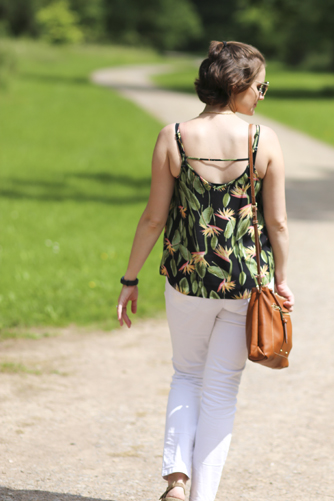 5 stylish and affordable summer weekend outfits - tropical print top and white jeans