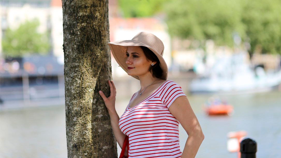 5 stylish and affordable summer weekend outfits - white shorts and red striped top 2